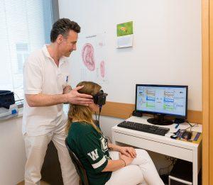 Patientin mit Videobrille bei der Schwindeluntersuschung mit Dr. Ortner.