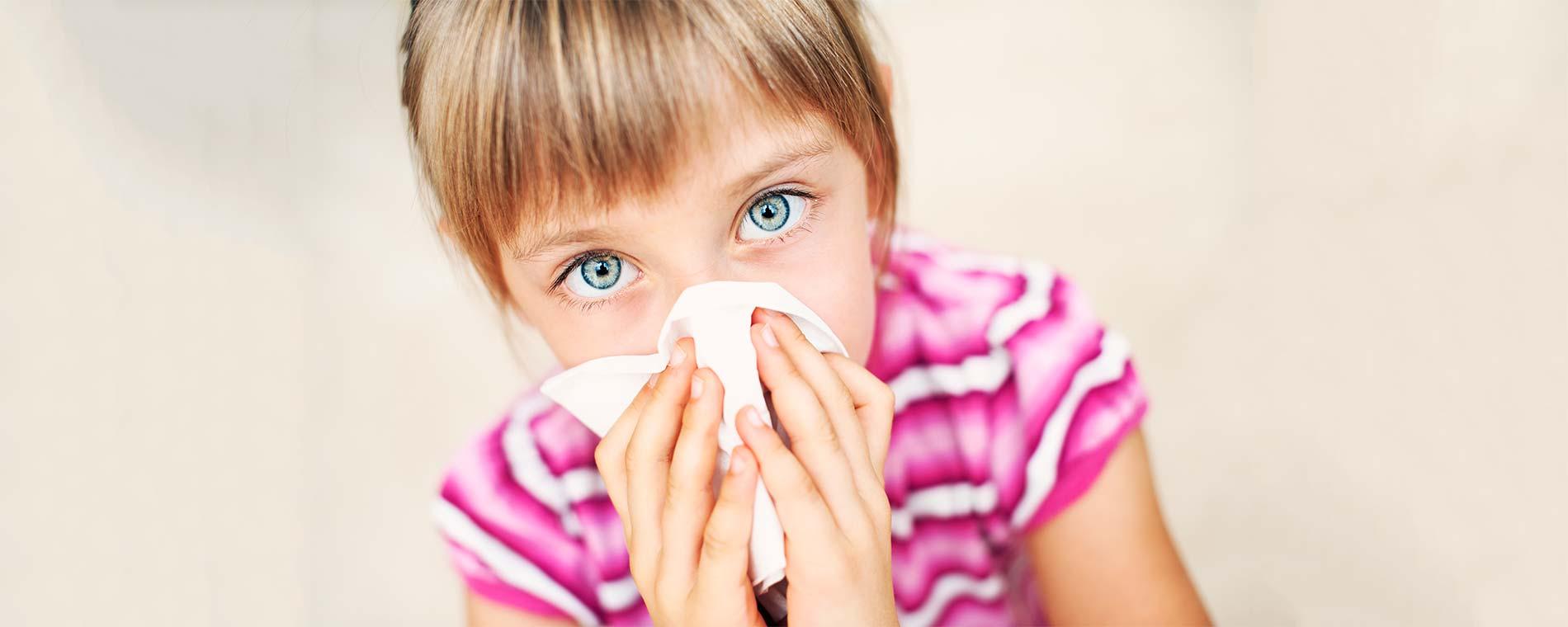 Kind mit Taschentuch vor der Nase