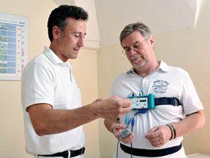 Anlegen eines Schlafscreening-Gerät zur Messung der Körperfunktionen während dem Schlaf