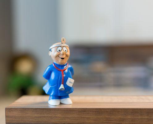 Arztfigur auf der Theke